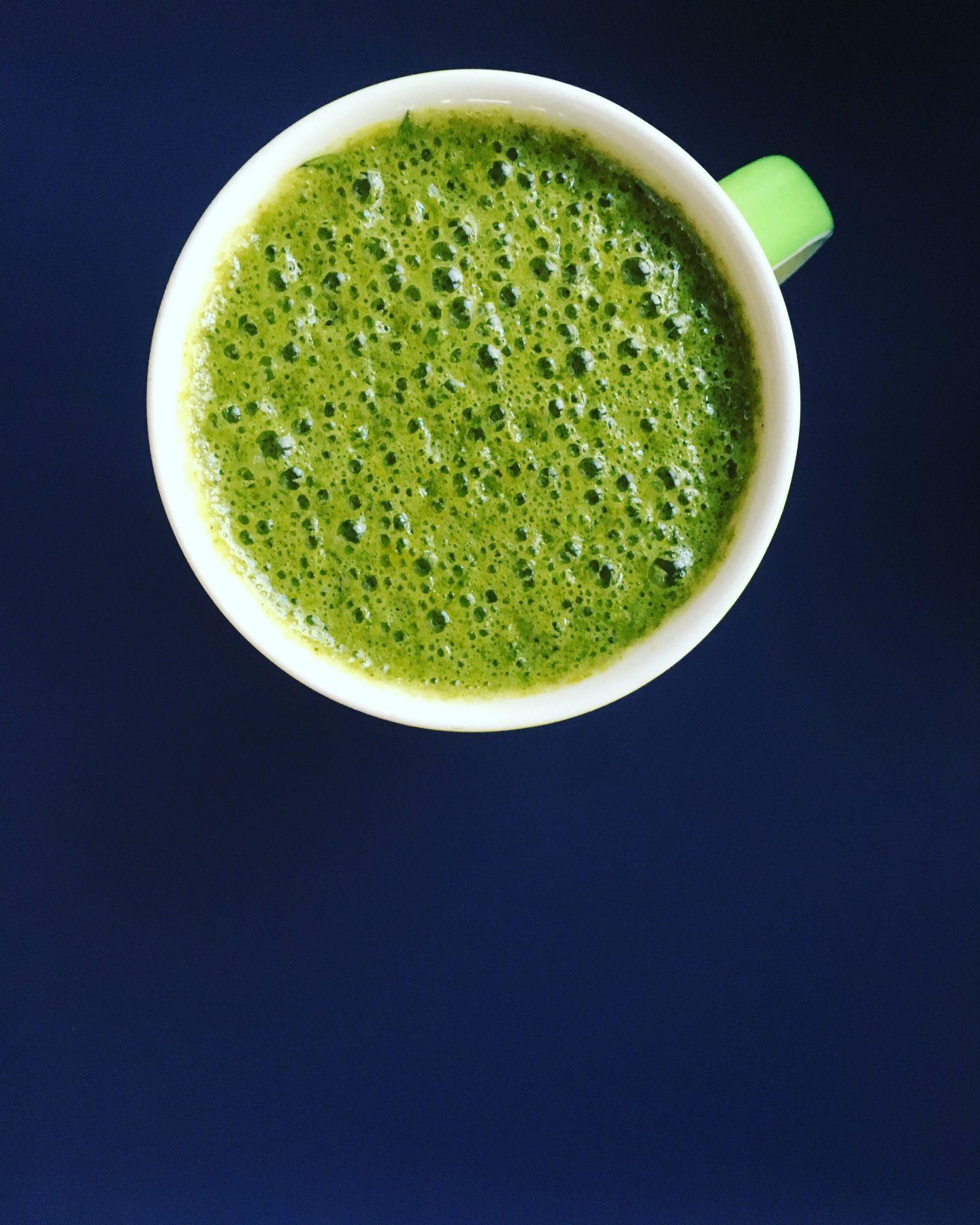 Herbstzauber – Green Smoothie mit Apfel, Birne und Petersilie