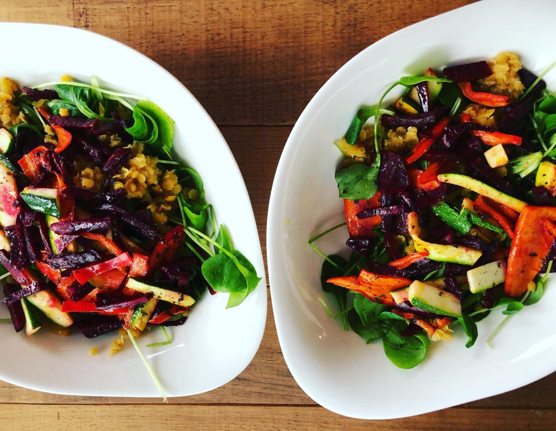 Bunter Salat mit roten Linsen und Honig-Senf Dressing