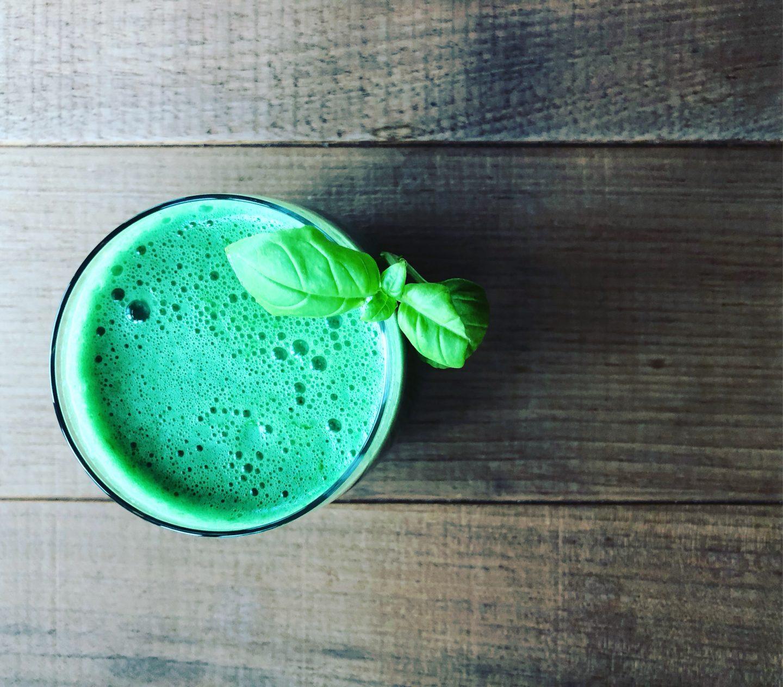 Basilikum und Algen- Green Smoothie zum Entgiften